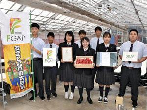東京五輪の選手村で自分たちのトマトが提供され、喜ぶ生徒ら