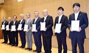 協定書を手にする(右から)花谷、斎藤、樋口、加藤、畠、佐藤、鈴木、須佐、阿部の各氏