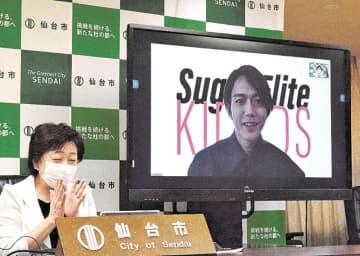 郡市長(左)とオンライン対談する大迫さん=仙台市役所