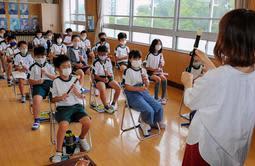 音楽の授業でリコーダーを吹かずに指の動かし方を練習する野里小の4年生=姫路市坊主町