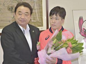 清水市長から花束を受ける半谷さん(右)