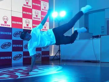 提携会見でブレイクダンスを披露するShigekixさん=14日、大阪市中央区のUHA味覚糖
