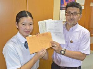 国連広報センターチームからの手紙などを手に笑顔を見せる松永さん(左)と池上さん