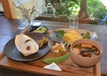 地元のコメや新鮮な卵を使って作る和風の「おひるごはん」。テーマは「昭和のお母ちゃん」だという