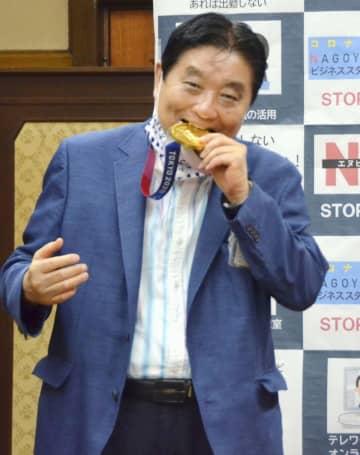 金メダルをかじる河村たかし名古屋市長=8月