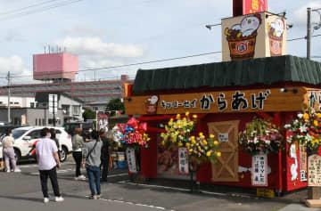 ATM跡地を活用してオープンし、大勢の客でにぎわった「キッコーセイからあげ城東店」