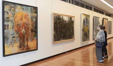 具象画の大作が並ぶ「第87回東光展」の会場=熊本市中央区
