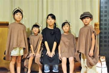 「最高です音頭」を作詞した高野紗菜さん(中央)と、8月のリサイタルで歌った(左から)高野葵さん、原口紗緒里さん、平山桃菜さん、森本蓮士君=西原村
