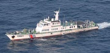 中国海警が沖縄県・尖閣諸島の周辺海域に追加派遣した600トン級とみられる艦船。前方に機関砲のようなものを搭載している(第11管区海上保安本部提供)