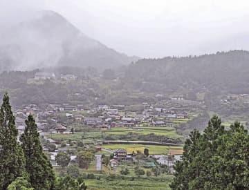 豊かな森林と里山が広がる集落(15日、和歌山県田辺市中辺路町近露で)
