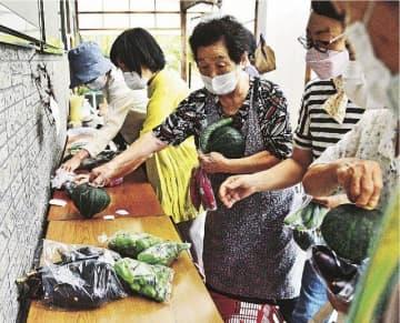 朝市に並んだ新鮮な野菜を買い求める常連客(和歌山県田辺市本宮町小津荷で)