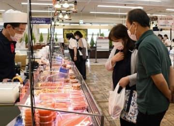 北海道の特産品などが並ぶ会場