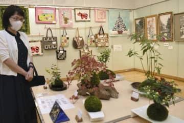 モチーフや色彩を工夫し、創作の楽しさを豊かに表現したカルチャースクール生らの作品展示会