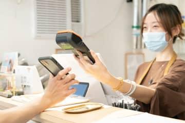 マカオにおける電子消費給付を使ったQRコード決済のイメージ(写真:マカオ政府経済・科技発展局/金融管理局)