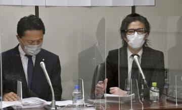 提訴後、記者会見する原告の山田晃靖さん(右)ら=15日午後、東京・霞が関の司法記者クラブ