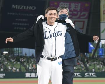 通算2千安打達成のセレモニーで野茂英雄氏(右)から名球会のブレザーを贈られる西武・栗山=メットライフドーム