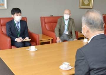 松田社長にプロに向けての抱負を語る狩山さん(左)=山陽新聞社