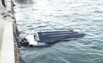 兵庫県淡路市岩屋沖で漂流していた水上バイク=15日(第5管区海上保安本部提供)