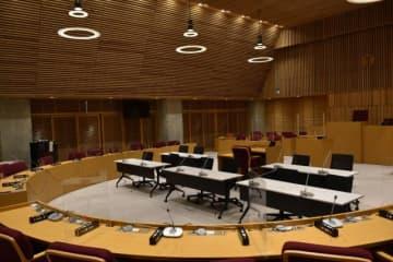 日向市議会の議場。同市議会は新型コロナ対策に当たる職員の負担軽減などを理由に一般質問の中止を決めた=15日午後、日向市