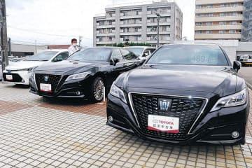 展示場に並んだ中古車。新車の納期遅れで需要が高まっている=金沢市内