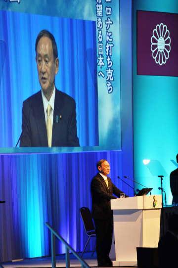 「総選挙を先頭に立って戦い抜く」と決意表明する菅首相。各種選挙で苦戦を強いられ退陣を余儀なくされた=3月21日の自民党大会