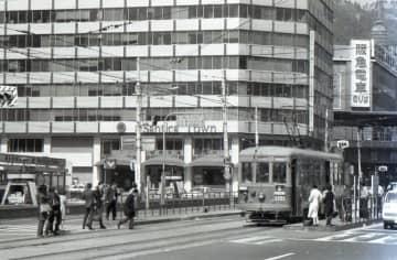 """路面電車なのにクロスシート!?神戸市電が「東洋一」と呼ばれた理由 今も残る""""スマート""""な車体"""