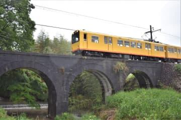 3連アーチの「めがね橋」を渡る北勢線の電車