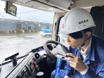アルコール・インターロックを使って呼気検査する運転手(福岡倉庫提供)