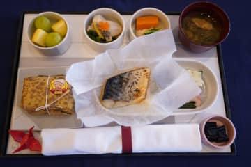 ニュース画像:JALファーストクラスの機内食を食べてみた 鮮魚で空輸のノルウェー産サバを使用【にっぽん食べ歩き】