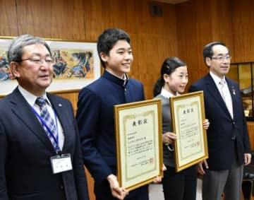 高橋敏彦市長(右)に抱負を述べ、全国大会での日本一を誓う及川諒さん(左から2人目)と高橋宥圭さん(同3人目)