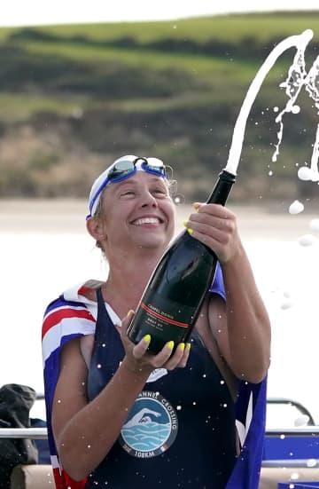 通算44回目となるイギリス海峡の遠泳横断に成功し、最多記録を更新したクロエ・マッカーデルさん=13日(英PA通信=共同)