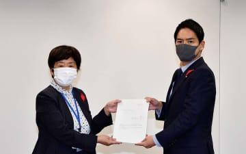 人事委員会勧告を受け取る山中市長(右)=横浜市役所