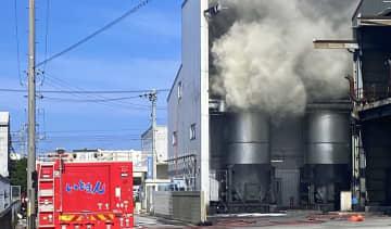 5月に焼却炉(左)が爆発した現場。周囲に煙が立ちこめ、現場は一時騒然となった=5月27日、糸満市西崎