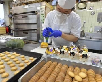江戸崎かぼちゃを使ったペーストクリームでハロウィーン用ケーキを仕上げる職人=土浦市桜町、高松美鈴撮影