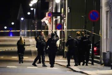 13日、ノルウェー・コングスベルグの襲撃現場に集まる警察官(NTB提供・AP=共同)