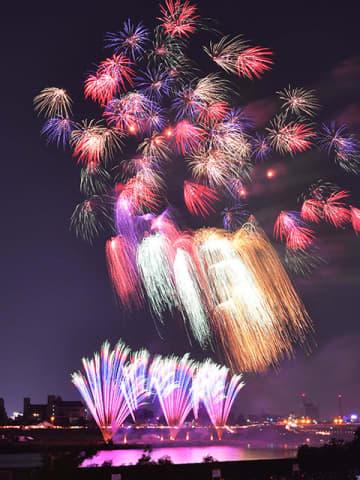(資料写真)全国花火大会のスターマイン=2019年8月3日、岐阜市の長良川河畔