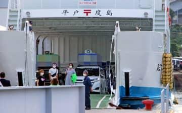離島、度島地区での活動に向け選挙カーでフェリーに乗り込む市議2陣営=平戸港(画像の一部を加工しています)