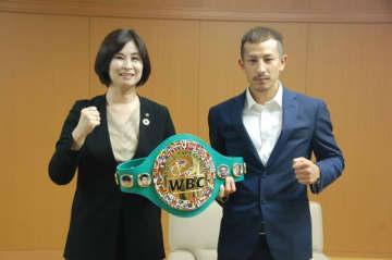 【末松市長とともに、新世界チャンピオン獲得を喜ぶ矢吹選手(右)=鈴鹿市役所で】