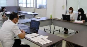 【リモートで開いた「地域活性化支援事業」の報告会=亀山市役所で】