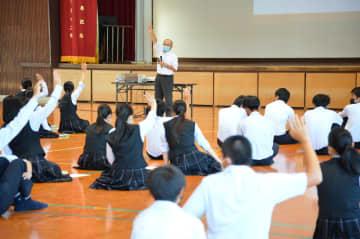 講師の質問に挙手で応える白石高商業科の生徒たち=大町町の同校