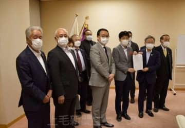 山本知事と要望書を提出した県内主要温泉地の関係者