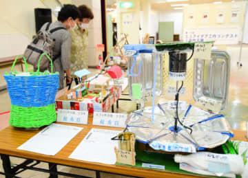 子どもたちのアイデアが詰まった作品が並ぶ会場=13日、倉吉市山根のパープルタウン