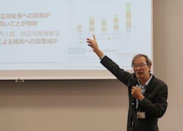 関西経済白書について説明する稲田研究統括=大阪市北区のグランフロント大阪