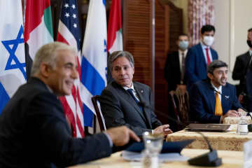 13日、米国務省で記者会見するブリンケン国務長官(中央)、イスラエルのラピド外相(左)、アラブ首長国連邦のアブドラ外務・国際協力相(右)=ワシントン(AP=共同)