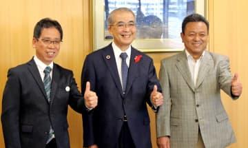 中村知事(中央)から認知症本人大使に任命された福田さん(左)と溝上さん=県庁