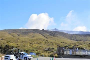 2020年6月15日以来の噴火が確認された阿蘇中岳=14日、阿蘇市