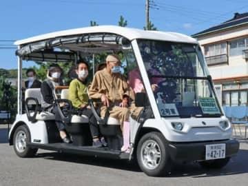 出発式で走行するグリーンスローモビリティ=佐渡市小木町