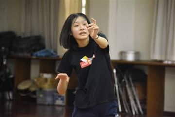 熊本アクティングスクールのレッスンで体全体を使った表現を学ぶ仲田釉梨さん=熊本市西区