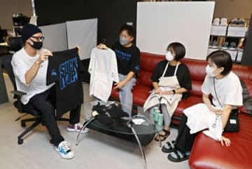 「dot4040」の新製品開発会議。左から滝沢涼介さん、滝本篤透さん、渡邉真紀さん、渡辺璃奈さん=上越市