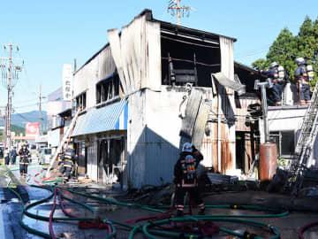 男性1人がけがを負った火災現場=14日午前9時45分、岐阜県関ケ原町関ケ原
